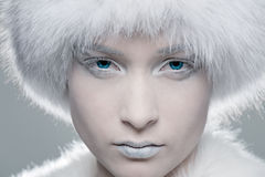 Bevroren model in wit bont stock afbeelding