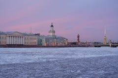 Bevroren Neva bij zonsondergang Royalty-vrije Stock Afbeelding
