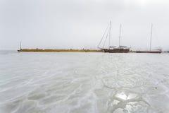 Bevroren overzees in de havenstad van Odessa, de Oekraïne De boten zitten in het ijs stock foto's