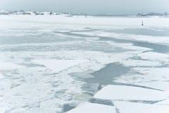 Bevroren overzees en eiland stock afbeeldingen