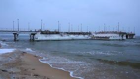 Bevroren pijler bij Oostzee in Gdansk stock footage