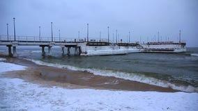 Bevroren pijler bij Oostzee in Gdansk stock videobeelden