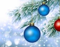 Bevroren pijnboomspar met de ballen van Kerstmis Royalty-vrije Stock Foto