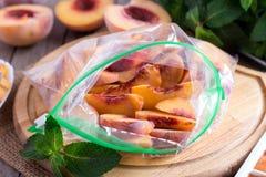 Bevroren plakken van perziken in de zak Stock Afbeelding