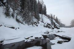 Bevroren rivier in de Altai-bergen stock afbeeldingen