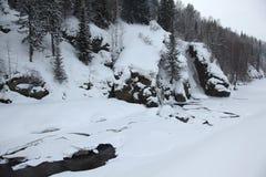 Bevroren rivier in de Altai-bergen stock foto's
