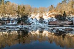 Bevroren rivier in de winter Stock Fotografie
