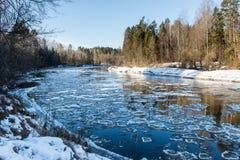 Bevroren rivier in de winter Stock Afbeelding