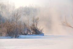Bevroren rivier die met mist wordt behandeld Royalty-vrije Stock Afbeeldingen
