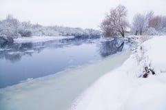 Bevroren rivier en bomen royalty-vrije stock foto