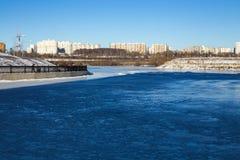 Bevroren rivier en de waterkant op een Zonnige dag Stock Fotografie