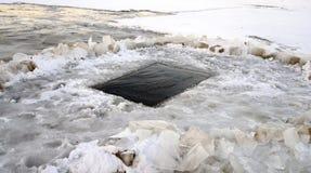 Bevroren rivier met ijs-gat Royalty-vrije Stock Afbeeldingen