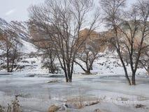Bevroren rivier op de manier van Kochkor aan Chaek, Naryn oblast, Kyrgyzstan, Centraal-Azië stock afbeeldingen