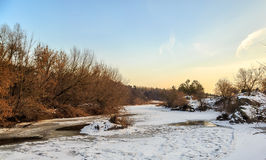 Bevroren rivierbed en zijn banken Royalty-vrije Stock Afbeeldingen
