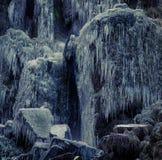 Bevroren rotsen en ijskegels Stock Foto's