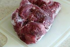 Bevroren rundvlees, bevroren rood die rundvlees uit de kast, bevroren die onlangs rundvlees wordt uitgegeven in de ijskast wordt  royalty-vrije stock afbeeldingen