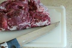 Bevroren rundvlees, bevroren rood die rundvlees uit de kast, bevroren die onlangs rundvlees wordt uitgegeven in de ijskast wordt  stock afbeelding