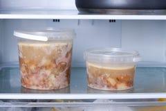 Bevroren soep in de ijskast Stock Fotografie