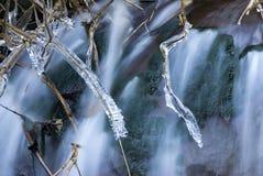 Bevroren stokken met waterval Royalty-vrije Stock Foto's