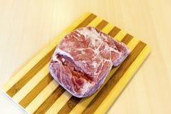 Bevroren stuk van vlees op de lijst royalty-vrije stock afbeeldingen