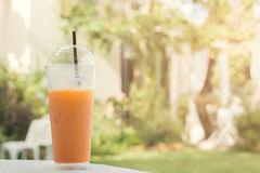 Bevroren thee met groene buis in plastic glas Royalty-vrije Stock Afbeelding