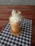 Bevroren thee met melk smoothies in een glaskop Stock Foto's