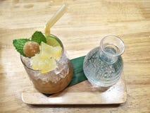 Bevroren Toddy Palm-sap met soda op houten lijst stock foto