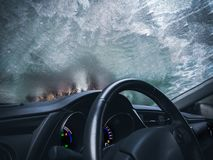 Bevroren van het autoglas ijzig automobiel berijpt binnenland als achtergrond royalty-vrije stock fotografie