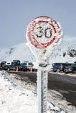 Bevroren verkeersteken op een bergweg Stock Foto's