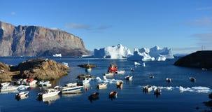 Bevroren Vissersboten die door Ijs, Artic Groenland worden omringd Stock Afbeeldingen