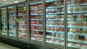 Bevroren voedsel het verkopen bij supermarkt Royalty-vrije Stock Foto