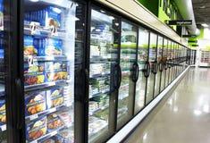 Bevroren voedsel in supermarkt Stock Afbeeldingen