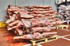 Bevroren voorraden van rood vlees in een koud pakhuis royalty-vrije stock afbeelding