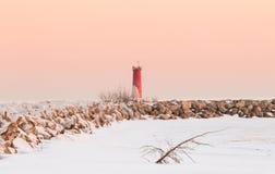 Bevroren Vuurtoren bij Schemer, de scène van het de winterlandschap Stock Afbeelding