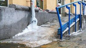 Bevroren water in de rioolbuis bittere koude royalty-vrije stock afbeelding