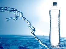 Bevroren water en fles Stock Fotografie