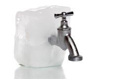 Bevroren water-kraan op ijsrots Stock Afbeelding