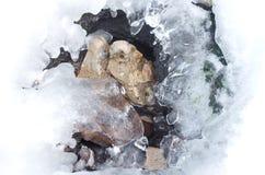 Bevroren waterdalingen op de rotsen Stock Afbeeldingen
