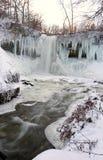 Bevroren waterval bij zonsondergang stock afbeeldingen