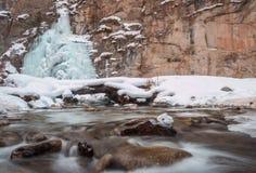 Bevroren waterval en rivier Royalty-vrije Stock Foto