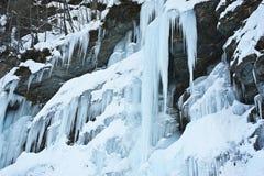 Bevroren waterval op een berg Stock Afbeeldingen