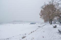 Bevroren weg in het park door de rivier Stock Foto