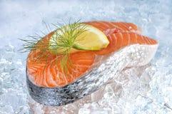 Bevroren zalmlapje vlees en citroen Stock Foto's