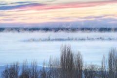Bevroren zonsopgang over de rivier Stock Foto's