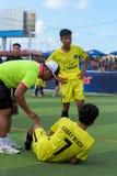 Bevuil één van de spelers, de rechterscontroles als er een verwonding is stock foto's