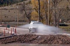 Bewässerung der Straße Stockfotografie