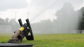 Bewässerung eines grünen Fußballplatzes stock video