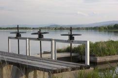 Bewässerungabzugsgraben mit Schleusentoren und Anschluss zu rese Stockfoto