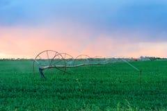Bewässerungs-Räder am Ackerland Lizenzfreies Stockbild