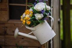 Bewässerungsdose mit Blumen lizenzfreies stockbild